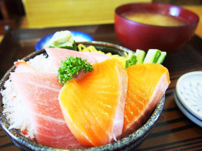 北海道といえば海の幸。鮮度抜群のカニ、トロ、サーモン丼