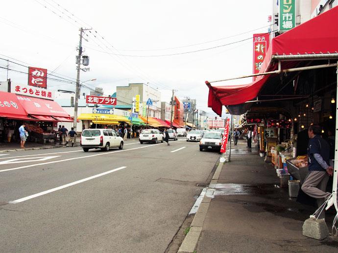 約60店舗が軒を連ね、活気あふれる場外市場